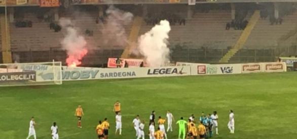 I calciatori del Lecce scendono in campo.