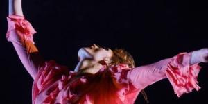 A liberdade e sofisticação de Florence Welch nos palcos