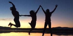 Disfrutando de un atardecer con amistades valiosas