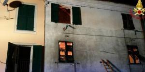 Le finestre della casa in cui è scoppiato l'incendio