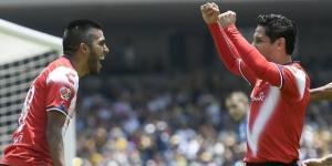 Leandro Velázquez (izq.) festeja su gol con Ángel Reyna. (via twitter - Imago7)