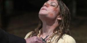 Mulher é exorcizada por um padre