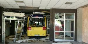 Uno degli scuolabus usati da tre criminali minorenni per sfondare l'ingresso del Meucci di Carpi - Foto: trc.tv.