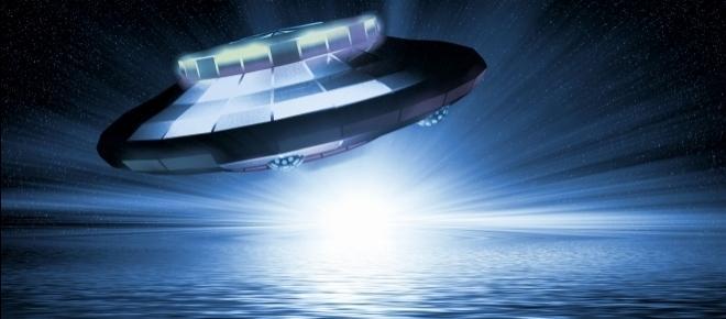 Fotografa il mare del Salento ma dietro la torre spunta un UFO