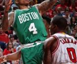Isaiah Thomas (4) se eleva para encestar en el segundo juego que sus Celtics ganaron en Chicago. (via twitter - thenbamonster)