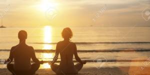 El Hombre Y La Mujer De Yoga Siluetas Meditando En La Costa Del ... - 123rf.com