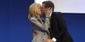 Inseparabili: il candidato alla presidenza della Francia, Emmanuel Macron bacia sul palco la moglie Brigitte di 24 anni più grande di lui. Foto: Ansa.