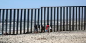 """Trump slitta i finanziamenti del muro a settembre, ma assicura che """"il muro si farà, garantito al 100%"""" - internazionale.it"""