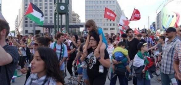 Potsdamer Platz, Berlin, Demo gegen Gaza 2014 -via Youtube