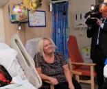 Rainha Elizabeth II conversa com jovem vítima de ataque em show de Ariana Grande
