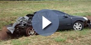 Parte traseira do carro ficou destruída