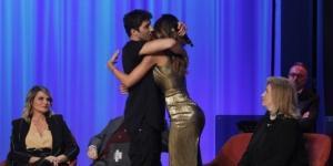 Andrea Iannone abbraccia Belen Rodriguez al Maurizio Costanzo Show