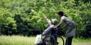 Badanti e assistenza famigliare, la guida al regolare contratto di lavoro