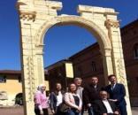 In mostra ad Arona (NO) l'arco di Palmira: simbolo culturale in fronte al museo al museo archeologico dedito a Kaled Al Asaad.