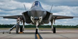 Caça F-35 sendo reabastecido na Base Aérea de Eglin, Flórida