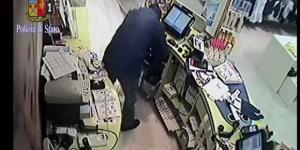Rapinatore in azione in un negozio a Roma per un bottino di 370 euro. L'uomo è stato poi catturato. Foto: Polizia di Stato.