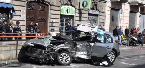 L'auto distrutta in cui è morto un uomo questa mattina a Milano