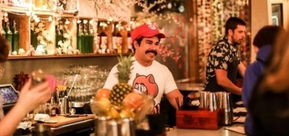 Garçom semelhante ao personagem Mario atende os clientes no Cherry Blossom Pub. Reprodução/Twitter/Farrah Skeiky.