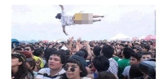 Garota sendo jogada para o alto durante uma festa