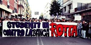 Una manifestazione degli studenti casertani nei mesi scorsi. Fonte: Studenti in rotta contro la bancarotta