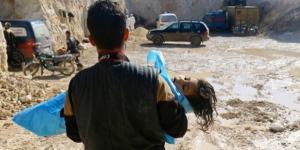 Criança atingida no ataque químico é transportada para atendimento médico