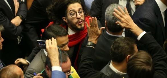 """Jean Wyllys diz que guardará o ocorrido de cuspir em Jair Bolsonaro """"como troféu"""""""