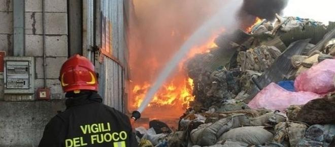 Incendio in un centro di smaltimento rifiuti alle porte di Torino