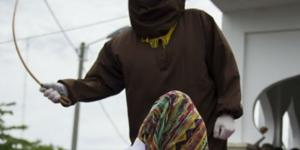 Condenados apanham com bastão de rattam... - inquisitr.com
