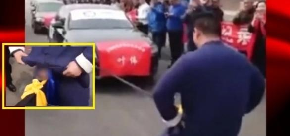 Chinês, mestre em Kung Fu, bate recorde mundial ao puxar 7 veículos Audi com os testículos. Veja o vídeo.