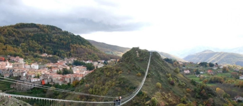 Basilicata apre il 39 ponte alla luna 39 sospeso tra cielo e for Gradini del ponte curvi