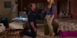 Alessandro se ajoelha perante sua esposa