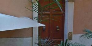 L'ingresso del signorile palazzo di vicolo del Babuino a Roma dove un uomo ha ucciso la compagna. Foto: Ansa.