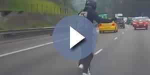 Kwok Kin Wai largou a moto para ir pegar um gatinho no meio da rodovia movimentada