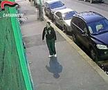 """Il rapinatore 'gentile' è stato incastrato dalle telecamere di sorveglianza sulla via dove ha fatto due """"visite"""" a uno studio medico di Torino."""