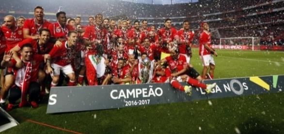 """I giocatori del Benfica festeggiano il """"tetra"""", ossia il quarto titolo consecutivo"""