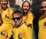 Alcune magliette gialle Pd armate di ramazza per pulire i rifiuti di Roma
