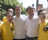 """Il segretario del Pd, Matteo Renzi, tra le """"magliette gialle"""" che ieri hanno pulito Roma. In Sardegna un ambientalista solitario pulisce i boschi."""