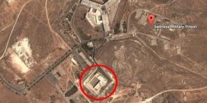 Segundo os EUA, o prédio em destaque está sendo usado como crematório para destruir provas de execuções do governo sírio (Crédito: Google Maps)