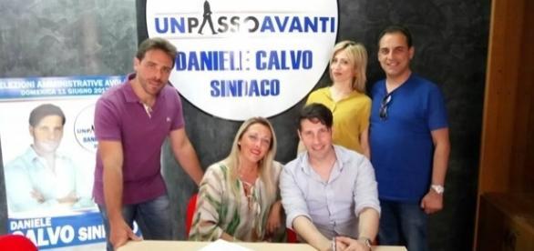 Daniele Calvo all'interno della sede elettorale con candidati e sostenitori