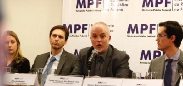 Força-tarefa da Operação Lava-Jato protocola documentação referente ao apartamento tríplex, atribuído ao ex-presidente Lula