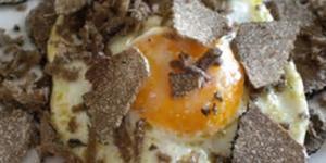 Delizioso secondo uova e tartufo con midollo.