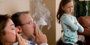 Il fumo di sigaretta è la principale fonte delle polveri sottili dentro casa. Non si allontanano aprendo porte e finestre.