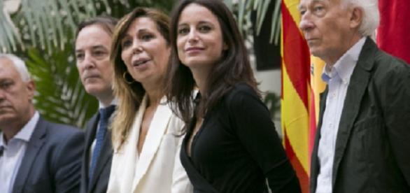 Algunos de los asistentes al acto organizado por el PP en Cibeles contra la conferencia de Puigdemont del lunes próximo.
