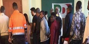 Migranti in fila per votare alle primarie del Pd