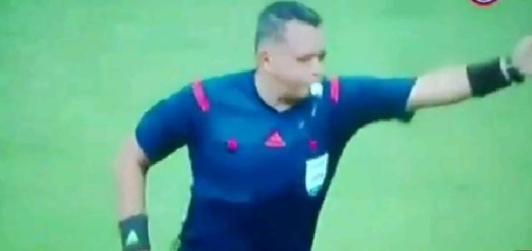 Arbitro recibe un lección por parte de los jugadores.