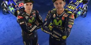 A sinistra il poleman, a destra l'italiano Valentino Rossi
