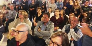 Sala gremita e gente in piedi per Daniele Calvo