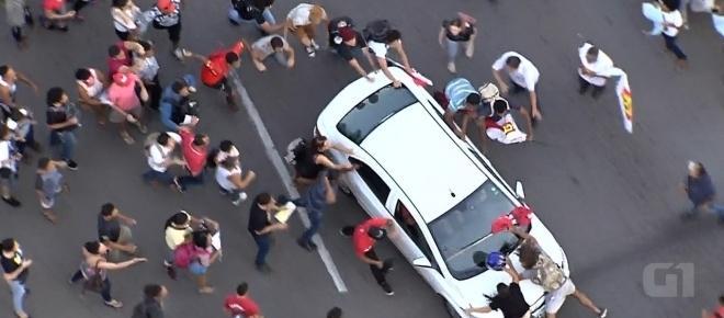 Louco: motorista atropela pessoas em protesto contra Temer e vingança é imediata