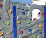 Niños en un rocódromo infantil
