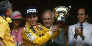 Ayrton Senna sul podio di Montecarlo nel 1987, la prima delle sue 6 vittorie nel principato